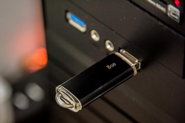 保存容量が8GBのUSBメモリをパソコンに挿入