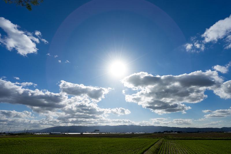 太陽光でソーラーチャージャーを充電するイメージ