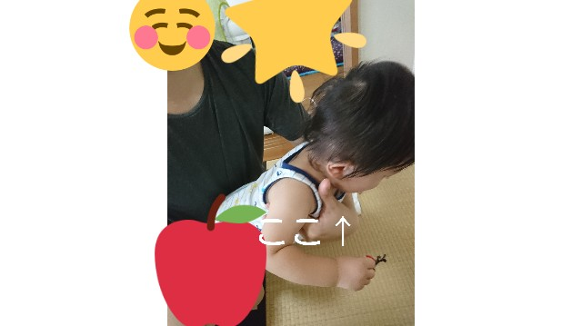 赤ちゃんの背中を洗う画像