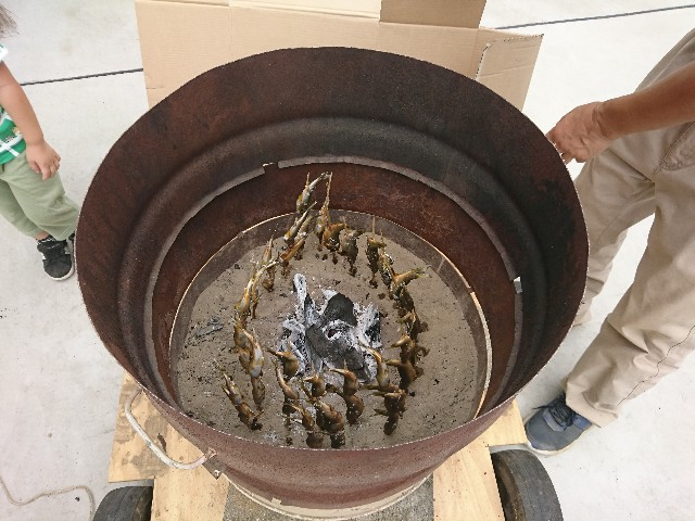 鮎を炭火焼している写真