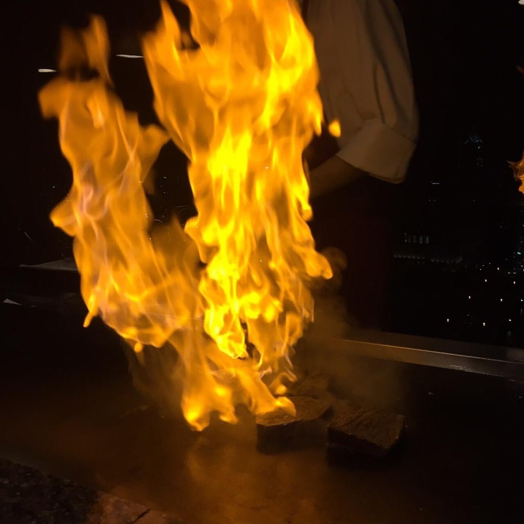 鉄板焼きで火があがる演出