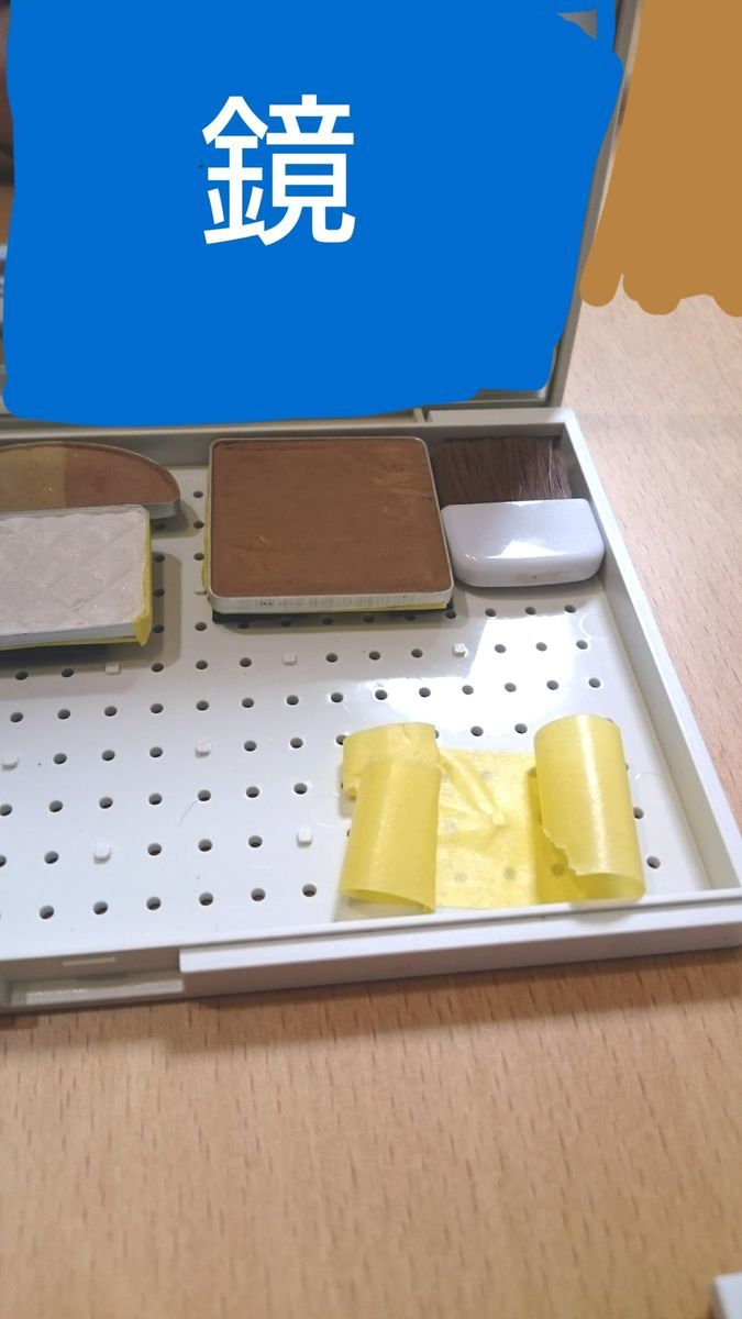 マスキングテープを輪っか状にしてメイクパレットに貼った写真
