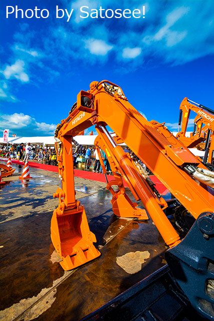 建設機械と青空の写真 日立建機の展示会