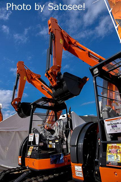 オレンジの建機の写真