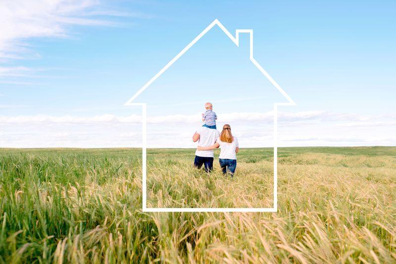 畑を3人の家族らしき人が歩いている様子を家のマークで囲った写真