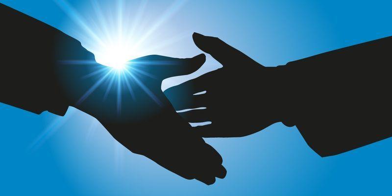 2人の人が握手をしている手