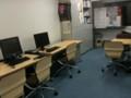 一番左側。左手前側に統合TV作成現場が。右に長方形の机のディスカッ