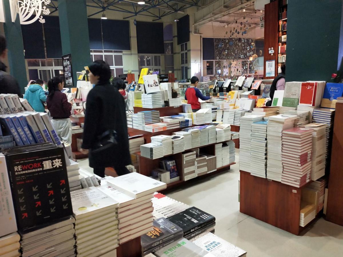新華書店昆明店(著者撮影)