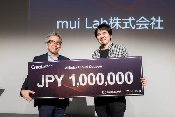 タッチセンサーとワイヤレスセンサーを内蔵した木製のデバイス「mui」を開発しています。