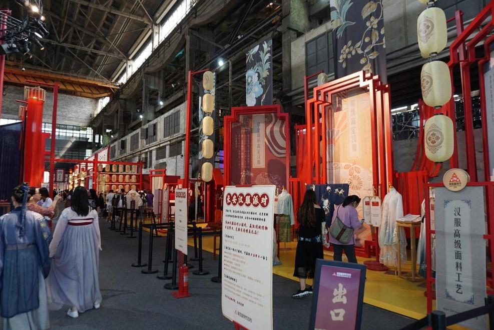 中国の伝統衣装「漢服」を扱っている商店。試着して近辺を歩いているひとも見受けられる。