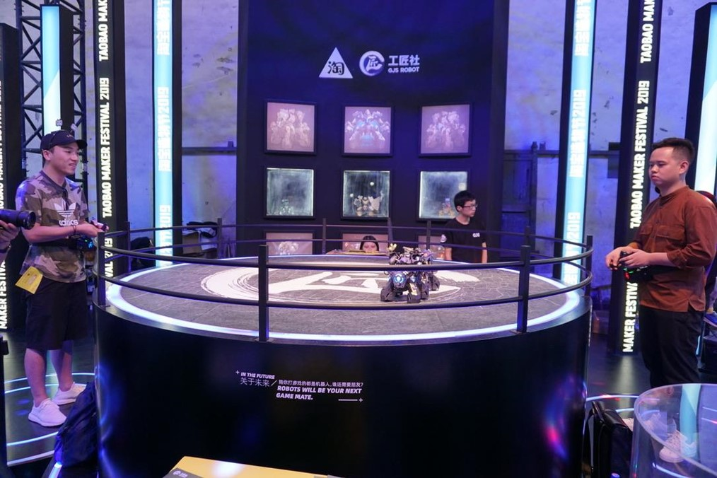 腰につけたコントローラーでロボットを操り対決できる玩具(GJS ROBOT)