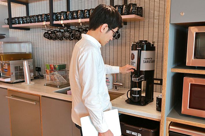 WeWorkはフリードリンク制、さっそくコーヒーをGET!