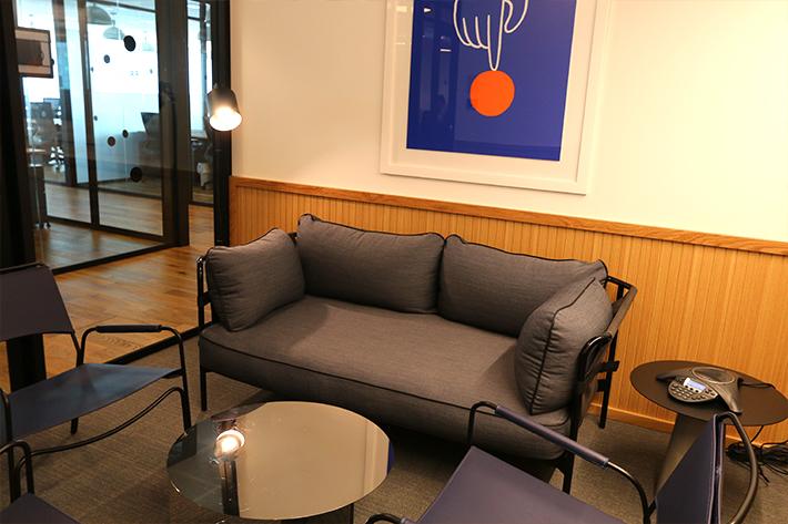 オフィスエリアには本格的な電話会議などができる会議室もあります