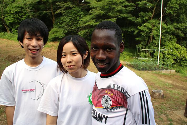 心塾農業部の部長も務める角田さん(中央)とウガンダからの留学生