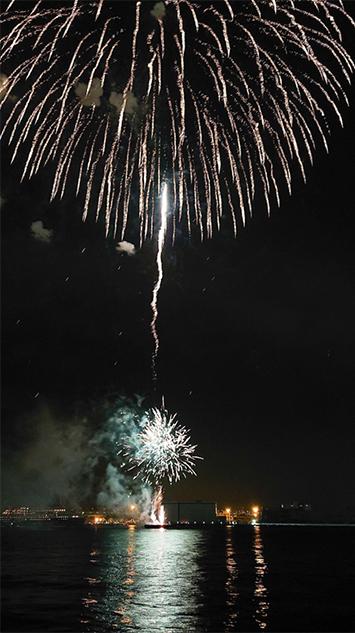 尺玉に近いサイズ(8号玉)の花火は、単発で上がるので撮りやすいです。