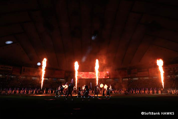 試合終了後はエンターテインメント集団「かぐづち」が炎と光を駆使した幻想的な演出を披露