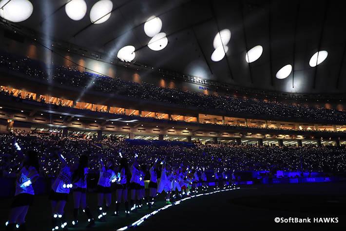「鷹の祭典2018 in 東京ドーム」にはソフトバンク社員も多数参加。ライトを振って会場を盛り上げました