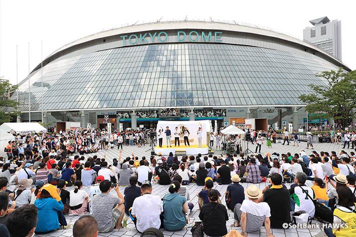 東京ドーム周辺のイベント会場ではトークショーやステージショーを開催