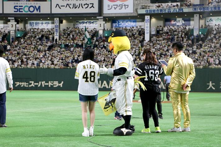 背番号は「48」、HKT48田中美久さんが始球式に登場!