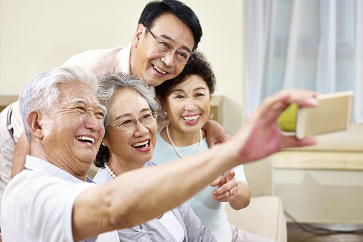 実用的にスマホを使いこなす高齢者