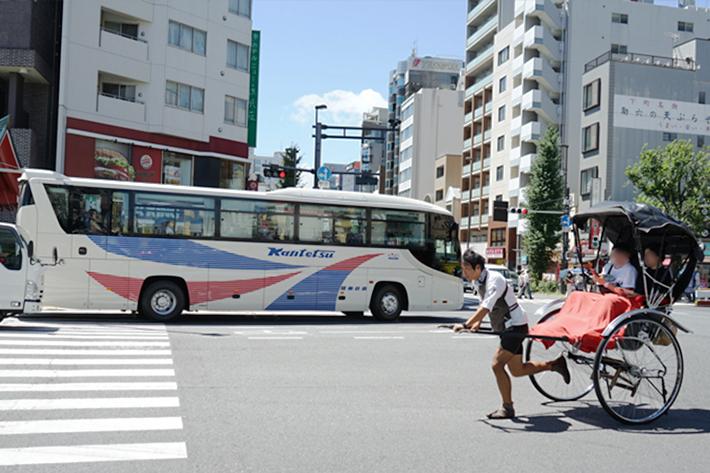車の交通量が多い大通りでは、人力車もダッシュで駆け抜けます!