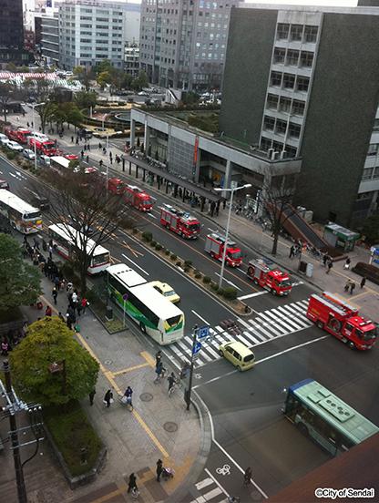 神戸市等から応援に駆けつけた消防車の列(手前は山形空港行き高速バスの列)(写真提供:仙台市)