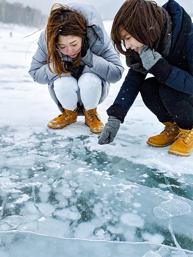 糠平湖のアイスバブルとローアングルで撮影