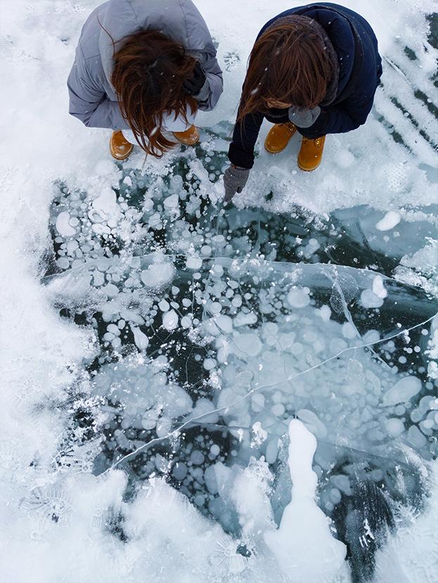 糠平湖のアイスバブルとハイアングルで撮影
