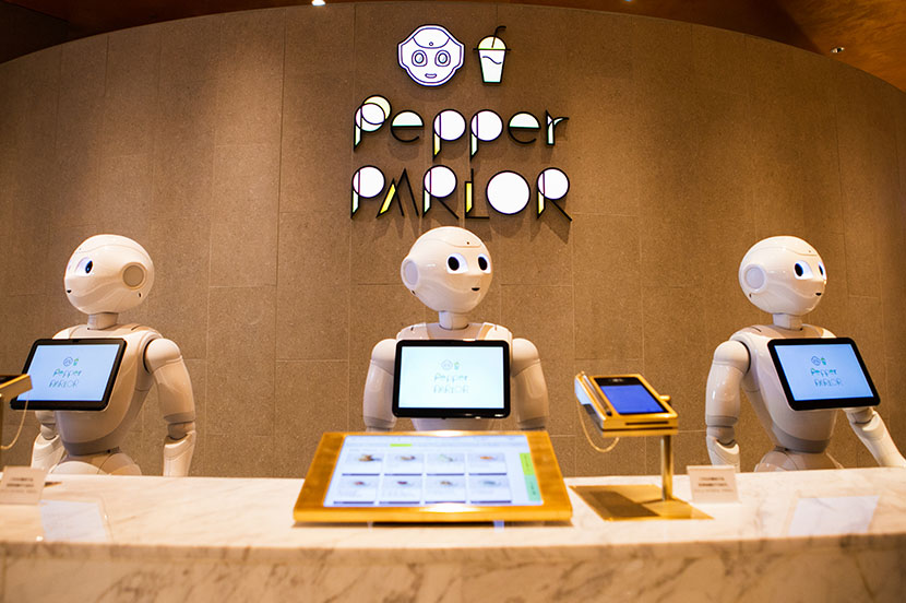 ロボットカフェ「Pepper PARLOR(ペッパーパーラー)」をアンドロイドのSAORIさんが体験。世界を旅するグルメ&スイーツワッフルを味わえる、未来のカフェへようこそ