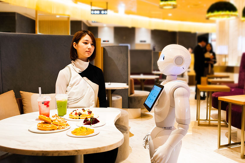 """""""世界を旅するグルメ&スイーツワッフル""""を味わえる、未来のカフェへようこそ —「Pepper PARLOR」をアンドロイドのSAORIさんが体験"""