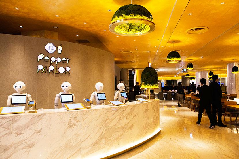 海外のような非日常空間で、ロボットの接客を体験できるカフェ「Pepper PARLOR(ペッパーパーラー)」が渋谷にオープン