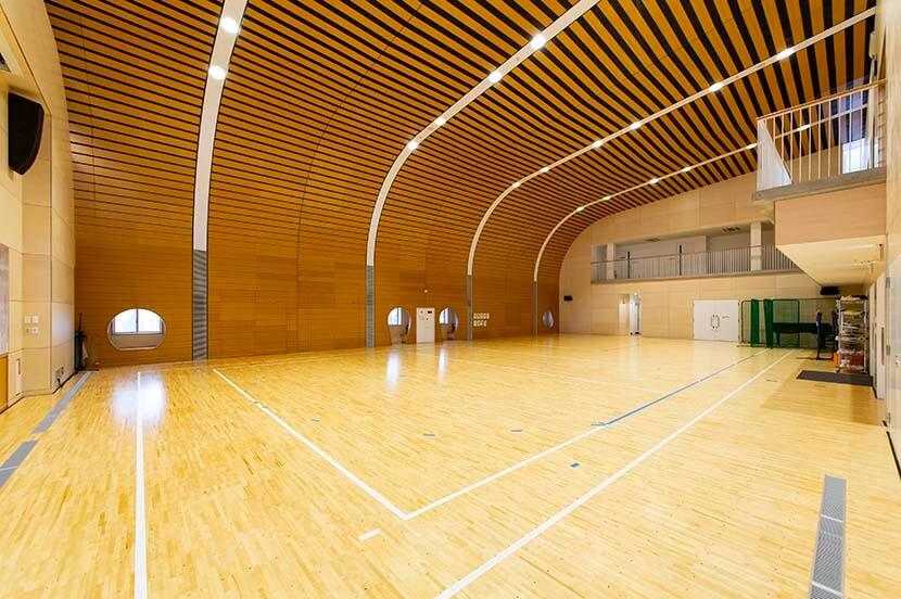 子どもたちが遊びまわることのできる体育館。当時避難所となった体育館と異なる印象にするため、曲線の屋根にするなどの配慮も。