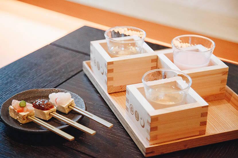 夕食前に一献。「SAKEラウンジ」で季節の日本酒と伝統曲芸を楽しむ