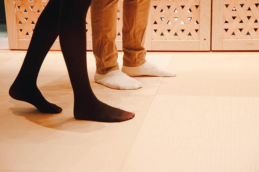 足元からイグサの香りと畳の感触が伝わってくる