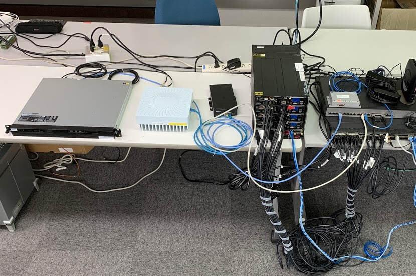 O-RANインターフェースで無線ユニットを制御する実験の様子