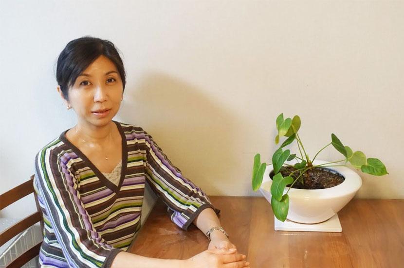 ウェルネスセンターのカウンセラー 小泉 美貴さん。写真は自宅で撮影してもらいました