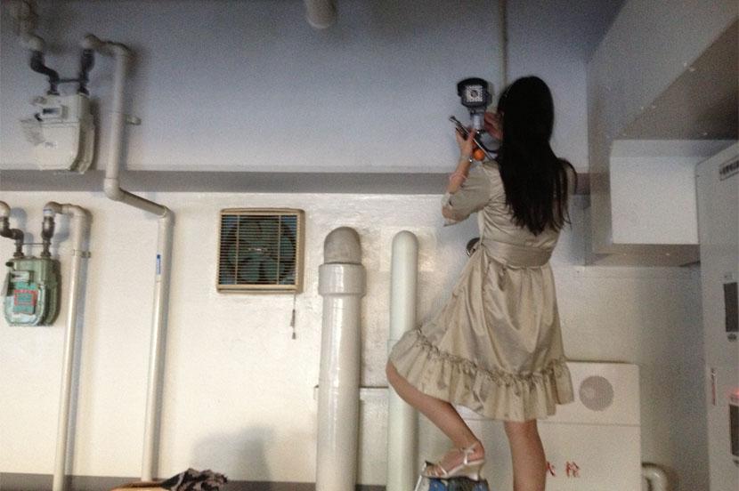 防犯カメラの設置作業を行う京師さん