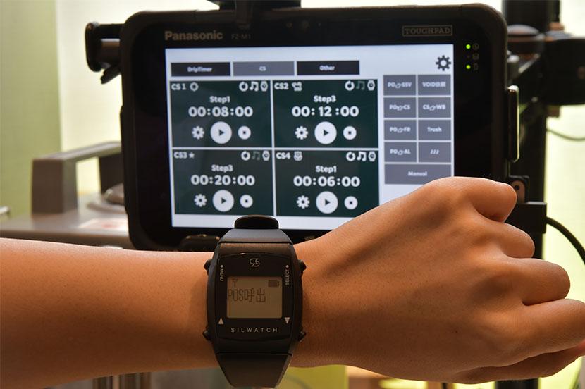 コーヒーのドリップ時間が音ではなく時計の振動で分かる「シルウォッチ」。聴覚に障がいのあるパートナーへのサポートツールとして導入している。