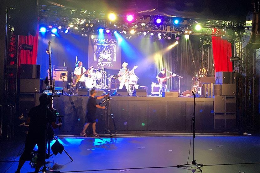 ライブ会場にいるのは関係者のみ。マイク脇にあるスタンド付きカメラでVR映像を収録しています