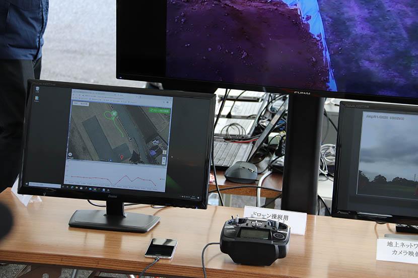 遠隔操縦のイメージ。モニターにはドローンのカメラ映像や飛行ルート、取得した位置情報などが表示されています