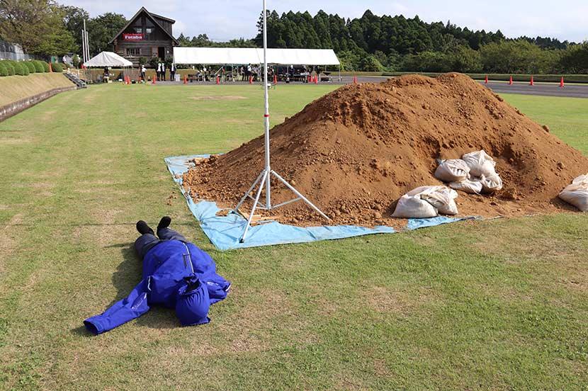 がれき、土砂の下にスマホを置き、ドローンで位置情報を取得しました