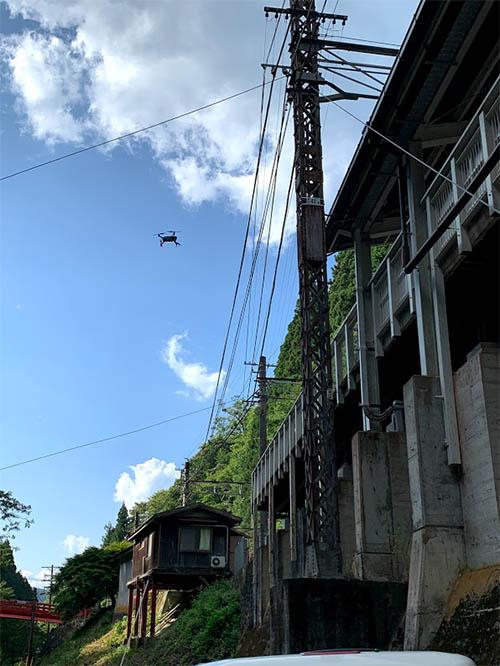 駅舎の屋根や架線が張り巡らされた線路上など、数々の難所をドローンで点検