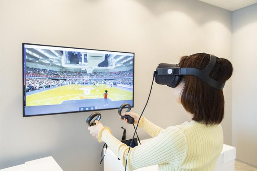 VRゴーグルを装着して、視点を切り替えながら試合の臨場感を味わえます