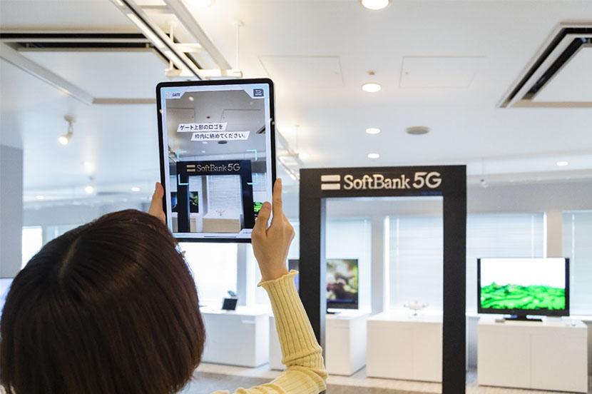 「5GゲートAR」では、タブレットをかざすとゲートの先に360度動画が見え、現地にいるような体験を楽しめます