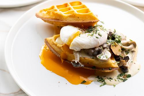 ハーフグリルワッフルセット:クリーミーマッシュルームポーチドエッグとトリュフセットドリンク+オレンジジュース