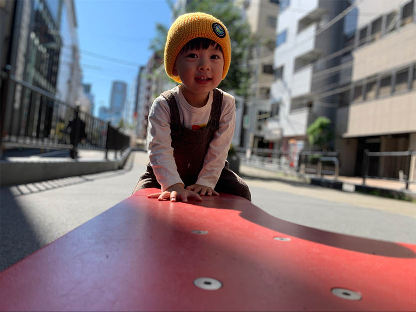 遊具によじ上って遊ぶ正太郎くんを、3枚の組写真で表現。遊具の高さや大きさ、正太郎くんのはしゃぎっぷりが伝わってきます。