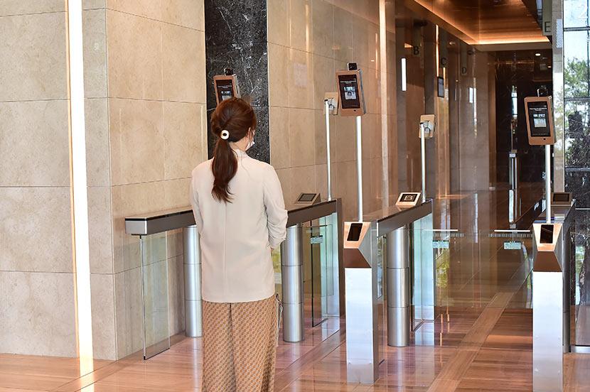 竹芝新本社ビルの顔認証ゲートの機器
