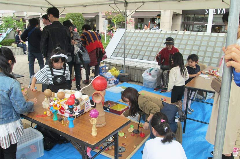 毎年5月5日に仙台市泉区の商店街と協力して行っている「こどもの日フェスティバル」の「昔あそびコーナー」。震災の年も休まずやっていたが、昨年はコロナで中止になってしまった。