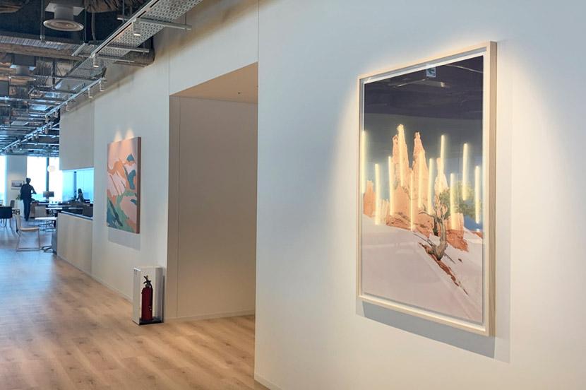 オフィスフロアの壁にもある、さまざまなアート作品も憩いの要素