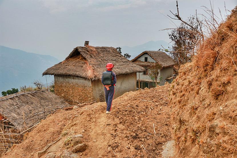 ネパールでは、家から学校までの道のりがとても険しいと聞きますね。 | 「愛のランドセル」寄付プロジェクト